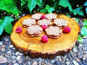 Слепени меденки със сладко от малини и декорация от шоколад.